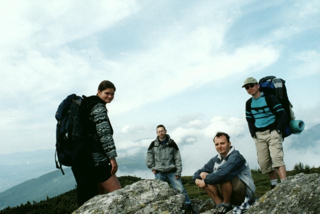 Lenka, Pepíček, já a Jarda po cestě z Andrejky na Čertovici. Snímek je patrně na vrcholu Velká Vápenica, možná Kolesárová nebo Oravcová.