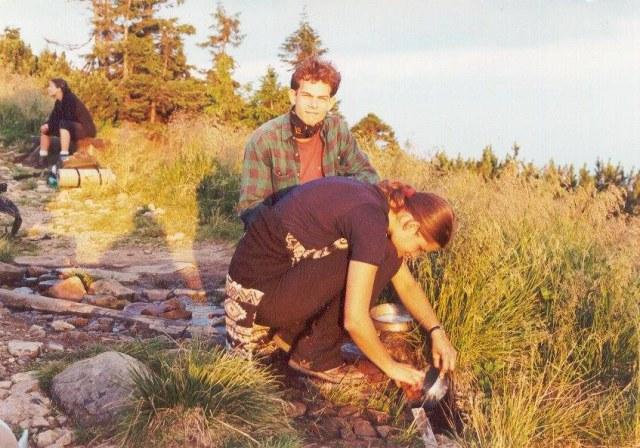 Jindra a Lenka u studánky na Babí hoře
