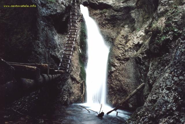Jeden z vodopádů v roklině Sokol