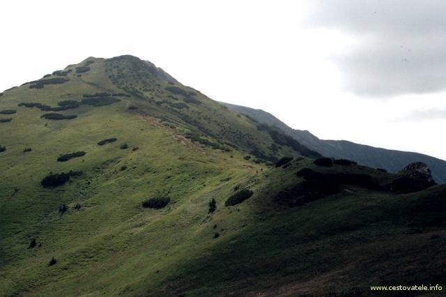 Velký Kriváň focený ze sedla Priehyb v pohoří Malá Fatra