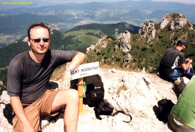 Já (Radim Dostál) na vrcholu Velký Rozsutec v pohoří Malá Fatra. v pozadí je Malý Rozsutec.