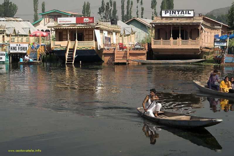 Raphik pádluje ze svého houseboatu King Fisher k přístavišti