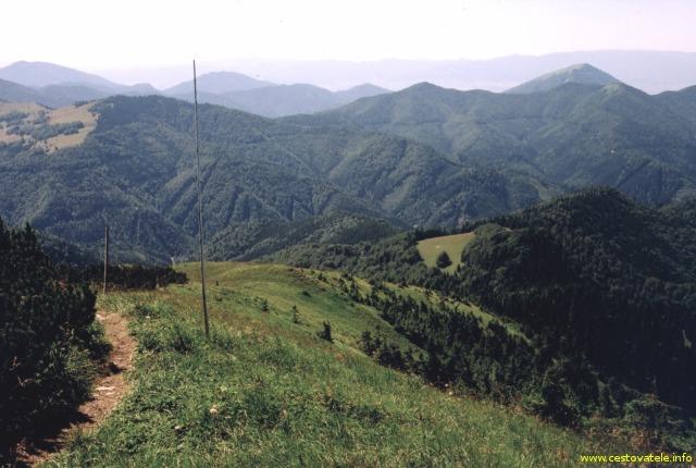 Pohled z vrcholu Rakytov na Južné Rakytovské sedlo (Velká Fatra)