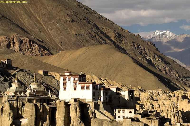 klášter Lamayru z protějšího kopce