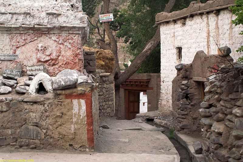 vchod do kláštera v Alchi