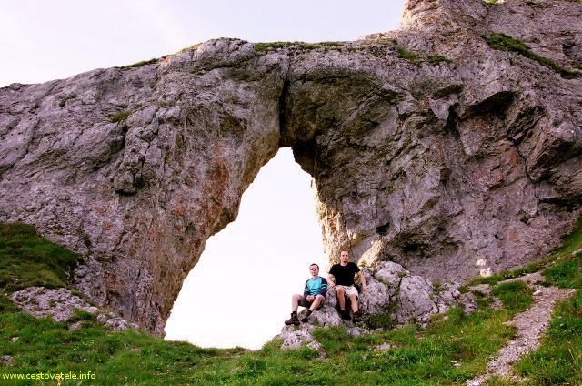 Já (Radim Dostál) a Jarda u skalního Okna v pohoří Nízké Tatry.