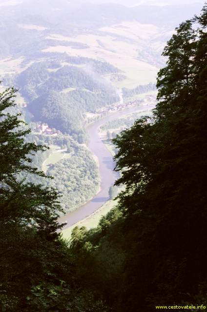 Výhled na řeku Dunajec z vrcholu Trzy Korony