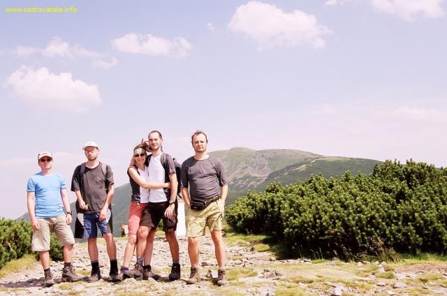 Malá Babí hora - Jarda, Pepíček, Iva, Albert a já (Radim Dostál), v pozadí Babí hora
