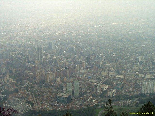 Bogota z Moseratti hill  - typické počasí a smog