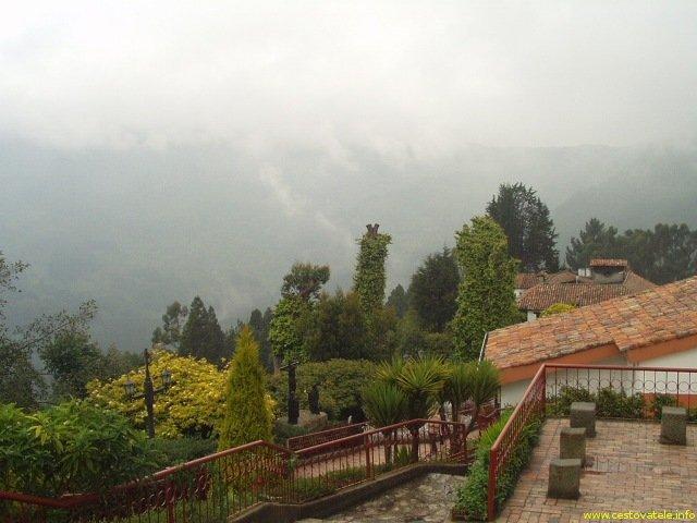 Výhled na okolní hory při cestě na Moseratti hill