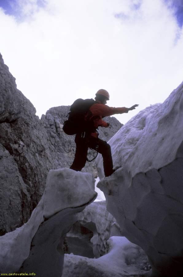 Přeskok přes trhlinu v ledovci
