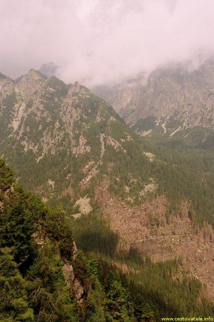 Pohled ze Slavkovské vyhlídky na vrcholky v Mracích. Slavkovská vyhlíka - Vysoké Tatry.