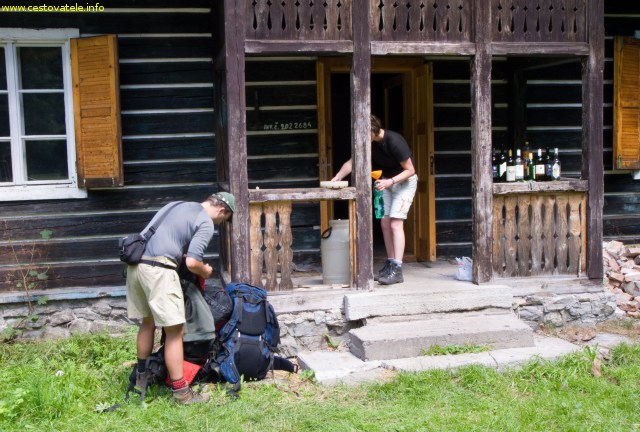 Já (Radim Dostál) a Lenka nabíráme vodu kousek od sedla Javorinka