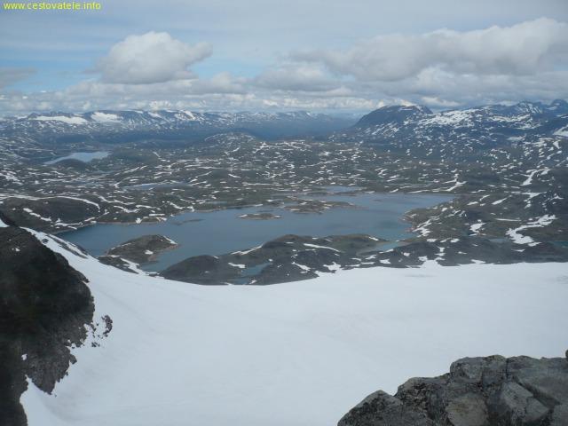 Rozhled na severní stranu, ve spodní části největší z jezer Prestesteinsvatnet - Norsko