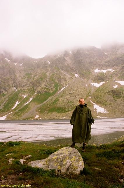 Já (Radim Dostál) za deště na Veľkém Hincově plese - Vysoké Tatry