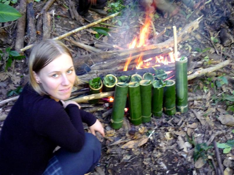 Vaření oběda v nádobí z bambusu