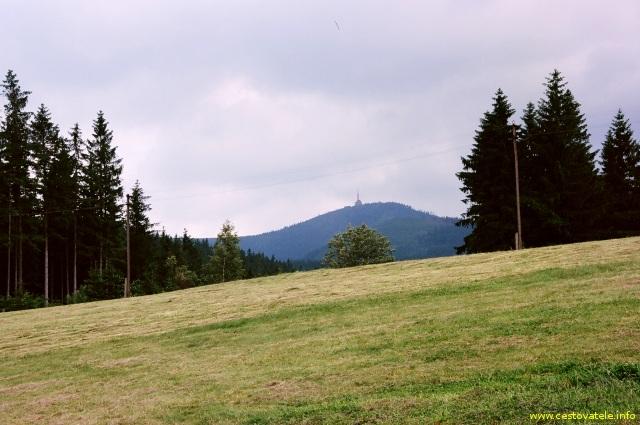 Vrchol Lysé hory v pohoří Beskydy focený od dřevjanky u Zbuja
