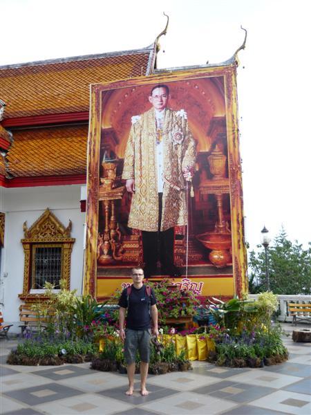 Portrét krále Rámy IX. na nádvoří chrámu Phrathat Doi Suthep