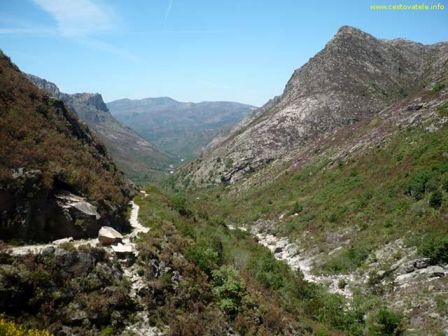Pohled zpět, vlevo cesta, po které jsme šli, vpravo řeka Homem