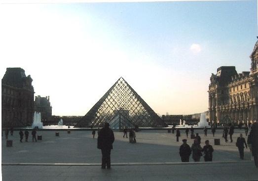 Skleněná pyramida u galerie Louvre