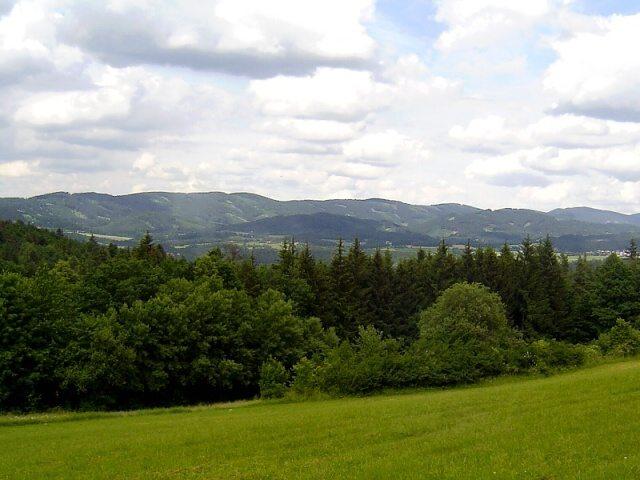 Výhled z kopce nad Valmezem na Beskydy