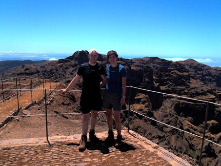 Na vrcholu hory Pico Ruivo, za námi hora Pico do Areeiro