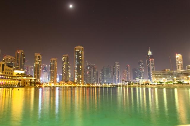 Noční Dubaj v okolí slavné fontány