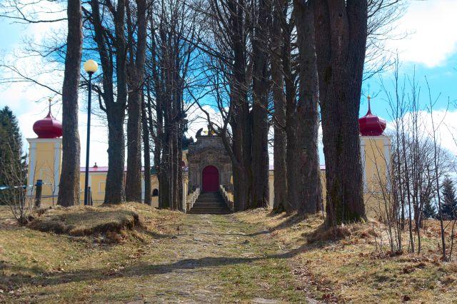 Alej a klášter na Kopečku