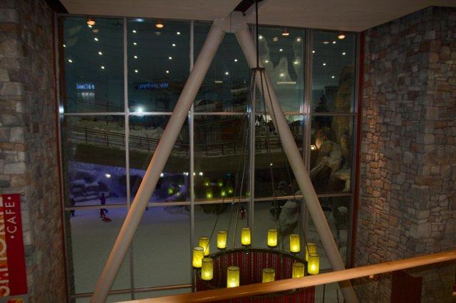 Mall of Emirates - pohled přes okno do lyžařského areálu Ski Dubaj
