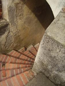 Hradem vede mnoho schodů