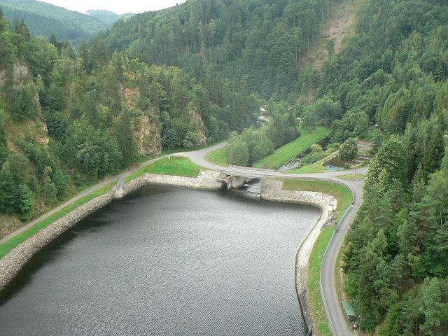 Pohled z přehradní hráze vodní nádrže Vír