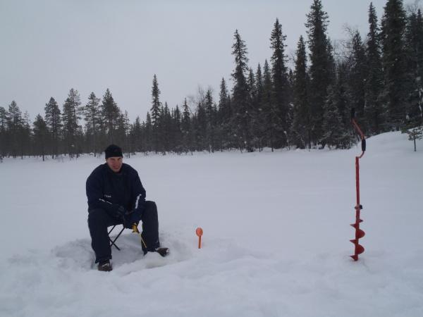 Rybaření na zamrzlém jezeře