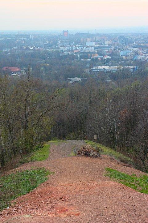 Pohled na jižní svah Emu z vrcholu, v pozadí Ostrava
