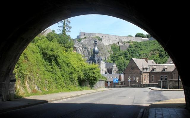 Dinant od tunelu na silnici