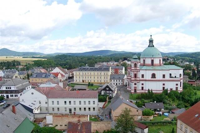 Pohled z rozhledny na chrám sv. Vavřince a sv. Zdislavy