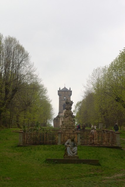 Sochy na Křížové hoře, v pozadí kaple
