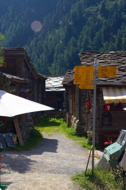 Ulice v horské vísce Zmutt - Švýcarsko