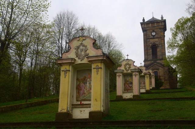 Křížová hora - jednotlivá zastavení křížové cesty, v pozadí kaple
