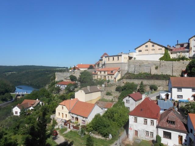 Skalní ostroh s hradem z pohledu od kostela sv. Mikuláše