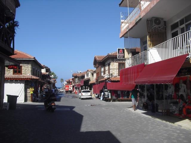 Hlavní ulice od městské brány k přístavu