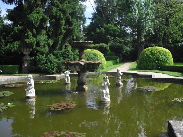 Kašna v zámecké zahradě