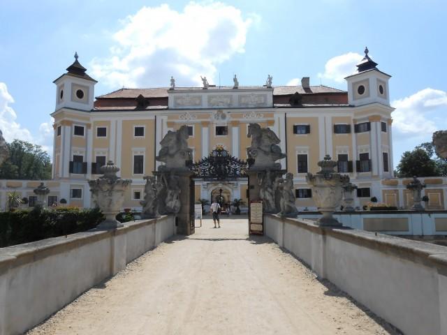Vchod do zámku Milotice