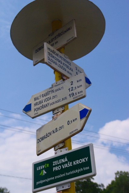 Turistické rozcestí na náměstí v Domašově nad Bystřicí