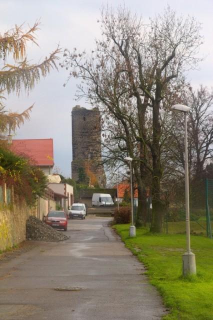 Hrad Jenštejn je vidět už z dálky z ulice v Katovičkách