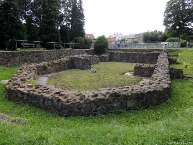 Základy hřbitova