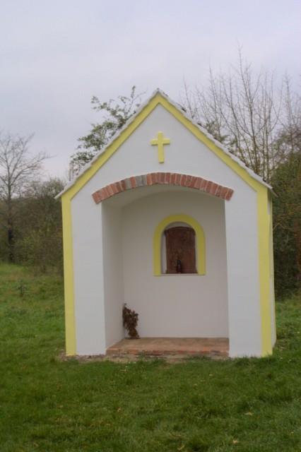 Kaple u rozcestí Na Fládnické cestě poblíž obce Hnanice