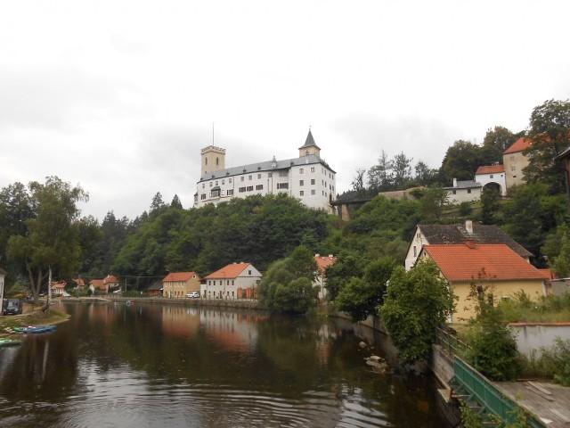 Hrad Rožmberk tyčící se na skále nad řekou Vltavou