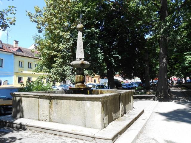 Kašna na náměstí ve Frymburku