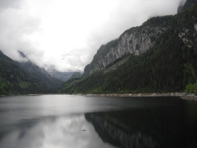 Jezero Gosausee a horský masiv Dachstein v mracích