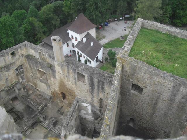 Vstupní brána a část paláce hradu Landštejn.